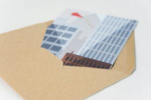 topographic Illustration Hochhaus Drache im Briefumschlag